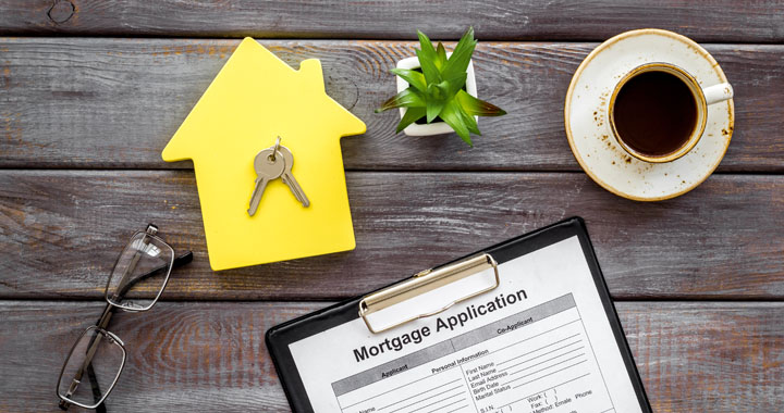 house and keys and mortage application form
